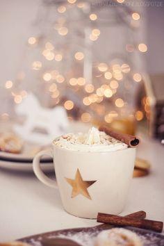 Weisse Schokolade mit Sahne und Zimt – ganz sicher einer der Gründe, weshalb … White chocolate with cream and cinnamon – certainly one of the reasons why we look forward to the winter!