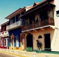 Casas coloniales de Pto. Cabello, cerca de la mar, Venezuela