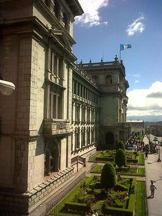 A un costado del Palacio Nacional de Guatemala..