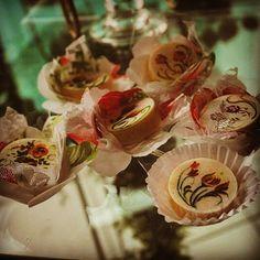 Hóstias pintadas com motivo Sevres #docespintadosamao #docesfestas  #docescasamento  #docespintados  #docesfinos  #doces