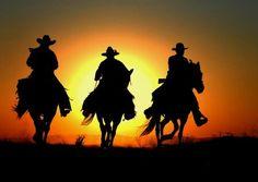 Silhueta de Gaúchos cavalgando.