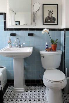 Quand les tuiles rétro sont jolies, pourquoi ne pas les conserver? Il suffit d'alléger l'effet en peignant les murs blancs et en optant pour des sanitaires blancs également. Midcentury Bathroom by Laura Garner. (Houzz)
