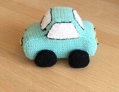 Hæklet bil - gratis opskrift Diy Crochet, Crochet Toys, Crochet Baby, Doll Toys, Dolls, Baby Songs, Amigurumi Doll, New Moms, Baby Gifts