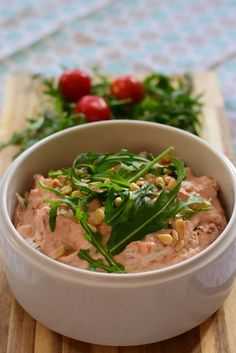Tomato and arugula spread Of course it tastes Tomaten-Rucola-Aufstrich Quick Hamburger, Hamburger Meat Recipes, Macarons, Drink Party, Meat Appetizers, Simple Appetizers, Salud Natural, Vegetable Drinks, Healthy Eating Tips