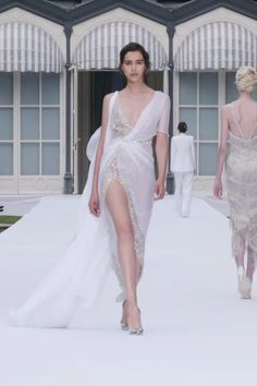 Ralph & Russo Look Autumn Winter Couture Collection. Stunning Embroidered Slit Asymmetric Backless Sheath Evening Maxi Dress / Evening Gown with Deep V-Neck Cut and Open Back. Runway Show by Ralph & Russo Haute Couture Dresses, Couture Mode, Couture Fashion, Evening Gowns Couture, Elegant Dresses, Nice Dresses, Formal Dresses, Fashion 2020, Runway Fashion