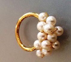 Ring. Forgyldt med hvide perler