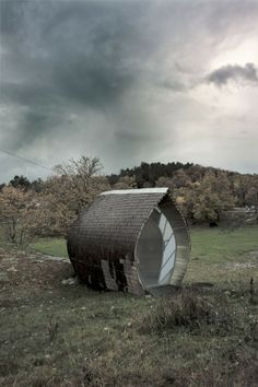 Swedish architect Torsten Ottesjö has recently create a free-standing and nearly free-form tiny house that can be moved anywhere to create the illusion that the house has sprouted out of the ground
