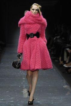 Armani Privé Fall 2007 Couture Fashion Show - Talytha Pugliesi ♦๏~✿✿✿~☼๏♥๏花✨✿写☆☀🌸🌿🎄🎄🎄❁~⊱✿ღ~❥༺♡༻🌺<TU Jan ♥⛩⚘☮️ ❋ Fur Fashion, Pink Fashion, Fashion Week, Couture Fashion, Runway Fashion, Fashion Show, Womens Fashion, Fashion Design, Giorgio Armani