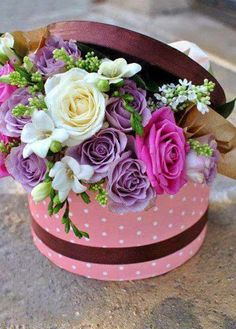 quenalbertini: Box of flowers Beautiful Flower Arrangements, Fresh Flowers, Pink Flowers, Beautiful Flowers, Hat Box Flowers, Flower Boxes, Tulpen Arrangements, Floral Arrangements, Happy Birthday Flower
