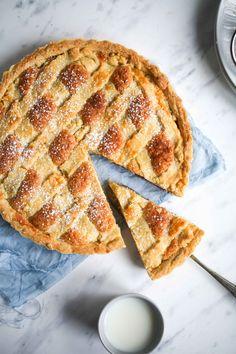 British Frangipane tart with almond filling and jam Bakewell Tart, Tarta Bakewell, Tart Recipes, Wine Recipes, Sweet Recipes, Baking Recipes, Keks Dessert, Pie Dessert, Dessert Recipes
