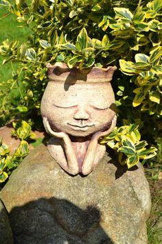 Zamilovaná Zahradní květník vhodný k osázení nebo pro suchou vazbu.Velikost 18 cm, pro velikost květníku 9 cm.Vyrobeno z šamotu, páleno na 1215 st. c.