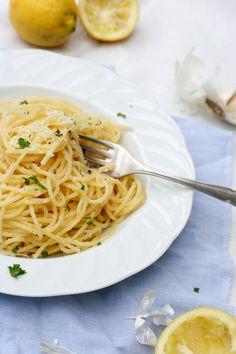 15-Minuten Pasta mit Knoblauch, Zitrone und Parmesan. Ein schnelles und köstliches Pastagericht.