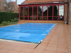 Nuevo Cobertor de Seguridad para Piscinas de Productos QP | Construnario.com Piscina Diy, Jacuzzi, Screened Pool, Swimming Pool Decks, Pool Enclosures, Diy Pool, Ideas Para, My House, Yard