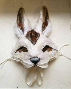 Comme on le voit sur le spectacle de Bonpoint Paris automne/hiver 2018. Un masque de lapin blanc de luxe pour les enfants, fabriqués à la main à l'aide de real, finition naturel blanc colorés plumes d'oie et hackle avec une main peinte et embelli. Ce masque est léger et confortable à
