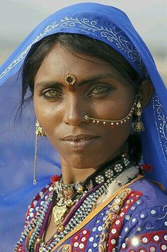Rajasthan woman, India She is soooo beautiful. Oh, to be close to that pretty, that beautiful. Beautiful Eyes, Beautiful World, Beautiful People, Amazing Eyes, Pretty Eyes, Beautiful Pictures, Photo Portrait, Beauty Around The World, Interesting Faces