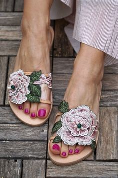 If you want to learn the 10 most common heel types on women's shoes, we go over the most popular heels. Read more to learn how to buy heels. Leather Slippers, Leather Sandals, Shoes Sandals, Heels, Floral Sandals, Slipper Sandals, Summer Slippers, Summer Shoes, Palm Beach Sandals