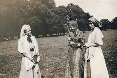 Janet Case, Vanessa Bell, and Virginia Woolf in costume in Firle Park : black and white photograph, possibly 1911 Vita Sackville West, Vanessa Bell, Bloomsbury Group, Room Of One's Own, Virginia Woolf, Charleston, Authors, Vw, Writer