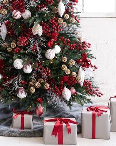 Narrow Christmas Tree, Frosted Christmas Tree, Gold Christmas Decorations, Christmas Tree Design, Christmas Tree Themes, Noel Christmas, Christmas Wreaths, Homemade Christmas, Beautiful Christmas Trees