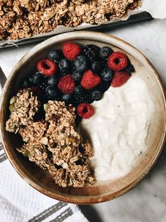 Start your mornings with this delicious Vegan yogurt bowl with nut-free granola and fruit of your choice! Being a Vegan with allergies can be difficult, but it also takes creativity. Vegan Granola, Yogurt And Granola, Yogurt Bowl, Vegan Yogurt, Yogurt Breakfast, Breakfast Bowls, Aesthetic Food, Smoothie Bowl, Vegan Chocolate