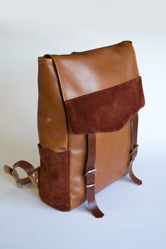 Mochila de cuero hecha a mano con una combinación de pieles de vacuno. AVO Leather Design