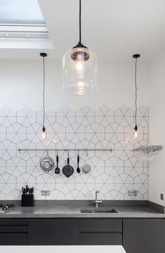 11 types of white kitchen splashback tiles: Add interest with shape over colour. Large hexagon broken into triangles as kitchen splashback tile. effect hexagon tile kitchen splashback. Kitchen Splashback Tiles, Home Kitchens, White Kitchen Splashback, Modern Kitchen, Kitchen Interior, Kitchen Design Decor, Home Decor, Modern Scandinavian Interior, House Interior