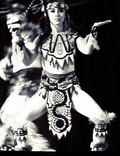 Amo la danza, el movimiento corporal. Es una herramienta para conjugar el pasado y el presente. Danza mexica, México.