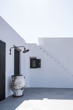 This beautiful house on the island of Antiparos in Greece is perfect for a relaxed summer holiday. Casa Nigri is nestled in the fertile valley of Kampos, surrounded by a rural environment of intense natural vegetation. Porches, Island Villa, Greek House, Outdoor Living, Outdoor Decor, Cottage Design, Southwestern Style, Minimalist Home, Interior And Exterior