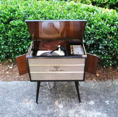 Vintage Record Player Stereo Console - Mid Century Modern Delmonico Hi Fi from The Vintage Resource on Etsy ****love love love the look of this stereo compartment thingy**** Record Player Console, Radio Record Player, Record Players, Vintage Stereo Console, Vintage Appliances, Antique Radio, Vintage Records, Phonograph, Retro Home