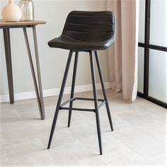 Tough and modern, that is barstool William! The William bar stool is stylish in any kitchen or living room and can easily take a beating! Bar stool William provides optimum comfort through the back and footrest, which is processed in the frame.