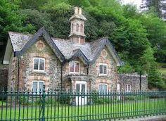 Landhaus aus Stein mit vielen Dachschrägen