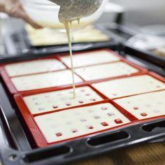 Como fazer waffles caseiros. O waffle tem sua origem na Bélgica e, tradicionalmente, preparava-se com duas placas de ferro com forma de grade, as quais forneciam a esta conhecida sobremesa sua forma quadriculada. Atualmente podem...