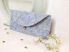 Fabriquez une jolie pochette en feutrine grâce à ce  DIY Mode ! Idéale pour transporter vos indispensables dans votre sac, vous ne pourrez plus vous en passer !