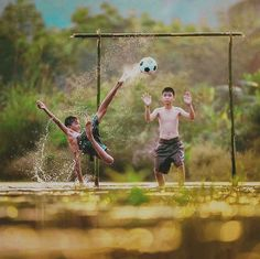 childrens playing football insted of playing video game good solution! Soccer Photography, Village Photography, Cute Kids Photography, Amazing Photography, Street Photography, Street Football, Football Is Life, Sport Football, Kids Around The World