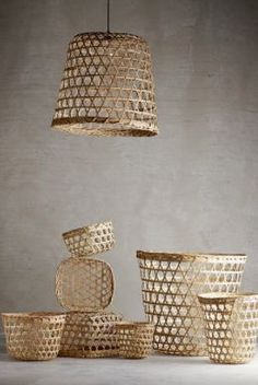 Basket made into a lampshade. The lampshade gives a decorative light variation and is oretty when put togehter with baskets lampshades in different sizes. Gypsy Decor, Bohemian Decor, Diy Lustre, Diy Suspension, Diy Storage Projects, Basket Lighting, Lighting Ideas, Bamboo Lamp, Surf Decor