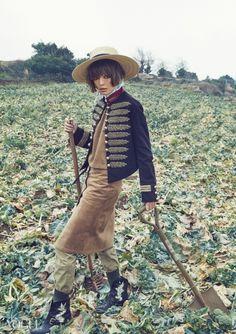 농장을 찾은 보그 아가씨들 | Vogue.com Animal Fashion, Fashion Art, Editorial Fashion, Fashion Trends, Vogue Korea, Vogue Japan, Girl Photography, Fashion Photography, Weird Fashion