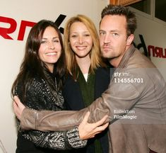 Courteney Cox-Arquette, Lisa Kudrow and Matthew Perry *Exclusive* Get premium, high resolution news photos at Getty Images Friends Funny Moments, Friends Scenes, Friends Cast, Friends Show, Friends Season, Matthew Perry Friends, Lisa Matthews, Friends Wallpaper, Friend Memes