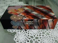 Peça em MDF em pintada à mão Técnicas: decoupage e tigrado R$ 100,00