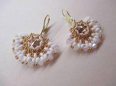 MariN.Art / náušnice vejáriky bielo-zlaté Beadwork, Beaded Jewelry, Swarovski, Drop Earrings, Fashion, Moda, Fashion Styles, Pearl Embroidery, Pearl Jewelry