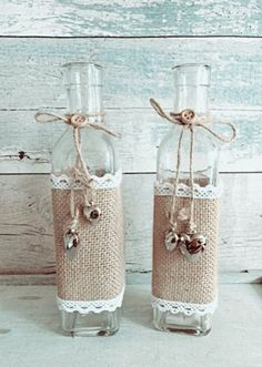 14 maneiras de decorar garrafas com juta - Dicas Práticas Glass Bottle Crafts, Wine Bottle Art, Diy Bottle, Burlap Crafts, Diy Home Crafts, Burlap Centerpieces, Decorated Jars, Mason Jar Crafts, Hessian