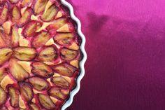 Das ultimative Pflaumenkuchen Rezept. Einfach, ohne Hefe und viel schneller zubereitet als andere Rezepte. Denn der saftige Obstboden ist ein Rührteig, genauer gesagt ein Mürbeteig, der innerhalb von fünf Minuten zubereitet und im Backofen ist. Die einfache Menge reicht für eine Quicheform, die doppelte Menge für ein Pflaumenkuchen Blech. Und das Beste: Ihr könnt den Obstboden auch wunderbar mit anderen Obstsorten z.B. Aprikosen oder sogar Dosenpfirsichen belegen.