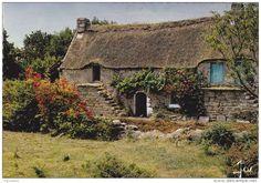 Chaumiere couverte en chaume dans le Morbihan, avant toute restauration. Brittany