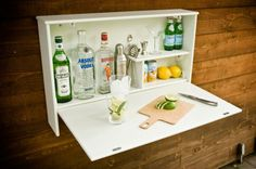 Para quem acha caro comprar um mini bar em uma loja de móveis novos, há uma ótima solução: é possível improvisar um barzinho gastando pouco e deixá-lo com a nossa cara.