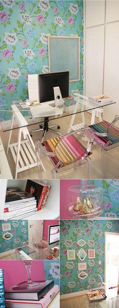 home office, mesa de vidro e cadeira de acrilico.