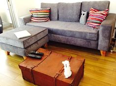 Sofá cubo 200x90 + Puff 70x70 tapizado en simil pana euphoria gris, con asiento de placa soft y patas de madera.