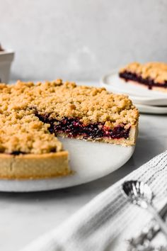 I'm in love with this berry crumble tart! Even though berries are delicious raw, when cooked they reach this whole other dimension. Apple And Berry Crumble, Fruit Crumble, Pie Crumble, Fun Baking Recipes, Healthy Dessert Recipes, Sweet Recipes, Tart Dough, Tolle Desserts, Berry Tart