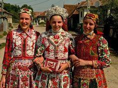 From türe, Kalotaszeg, photo: Gabor Dobi Polish Embroidery, Hungarian Embroidery, Bohemian Girls, Bohemian Art, Folk Costume, Costumes, Stitch Witchery, Folk Clothing, Folk Dance