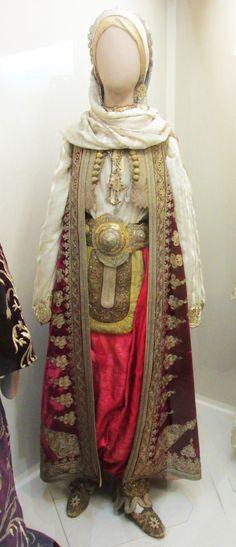 Παραδοσιακή γυναικεία φορεσια  απο τη Βόρεια Ήπειρο.(Εθνικό Ιστορικό Μουσείο,Αθήνα) Greek Traditional Dress, Historical Clothing, Greek Costumes, Greece, Ethnic, Albania, Museums, Womens Fashion, Exploring
