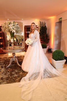 Noiva | Bride | Vestido | Dress | Vestido de noiva | Wedding dress | Bride's dress | Inesquecivel Casamento | Renda | Rendado | Vestido rendado | Véu | Véu de noiva | White dress | Vestido bordado | Bordado | Decote | Vestido de manga comprida