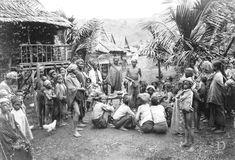 Seorang tabib di tengah-tengah penduduk kapung. Sulawesi-Selatan 1905-1908 Minangkabau, Dutch East Indies, Makassar, Old Pictures, Once Upon A Time, Java, Fair Grounds, History, People