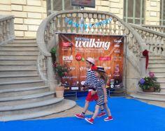 Dos peques desfilando en el evento de moda infantil más divertido de la primavera en Barcelona